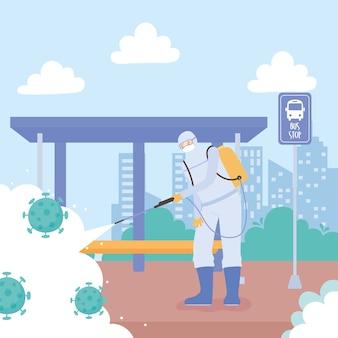 Disinfezione da virus, uomo che indossa una tuta protettiva che spruzza prodotto per la pulizia alla fermata dell'autobus, covid 19 coronavirus, misura preventiva