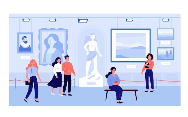 I visitatori della galleria d'arte o del museo che guardano l'illustrazione delle mostre. turisti del fumetto che esaminano i dipinti all'escursione pubblica. esposizione pubblica e concetto di cultura