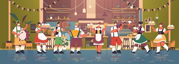 Camerieri in maschere per il viso mantenendo la distanza sociale per prevenire il coronavirus oktoberfest festival celebrazione concetto moderno pub interno orizzontale