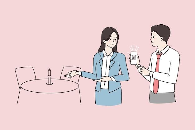 La cameriera guarda il codice di vaccinazione qr del cliente del ristorante