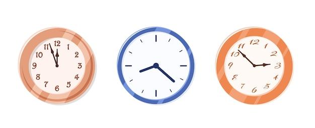 Collezione di orologi da parete isolati su sfondo bianco