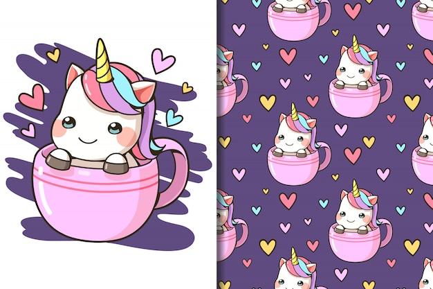 Carta da parati e modello senza cuciture piccolo unicorno in una tazza di caffè dei cartoni animati