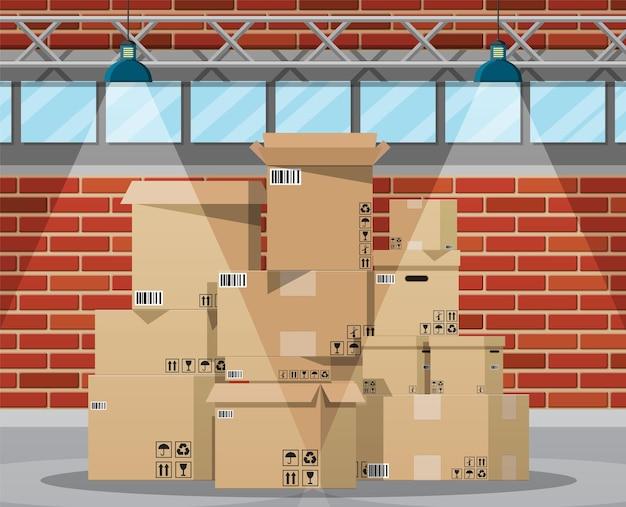 Interno del magazzino con merci e scatole di imballaggio del contenitore.