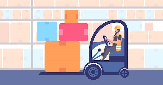 Lavoratore dell'uomo del magazzino in uniforme che guida il carrello elevatore a forcale che impila la consegna delle scatole di cartone e il trasporto logistico di concetto di affari commerciali dell'industria di stoccaggio orizzontale