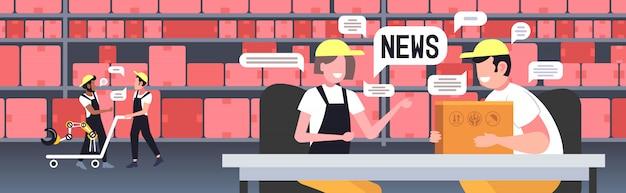 Magazzinieri in chat durante la riunione discutendo notizie quotidiane chat bolla concetto di comunicazione. illustrazione orizzontale del ritratto interno del magazzino moderno