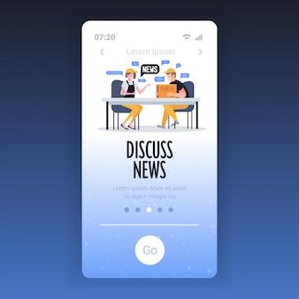 Magazzinieri in chat durante la riunione discutendo notizie quotidiane chat bolla concetto di comunicazione. modello di app mobile dello schermo dello smartphone