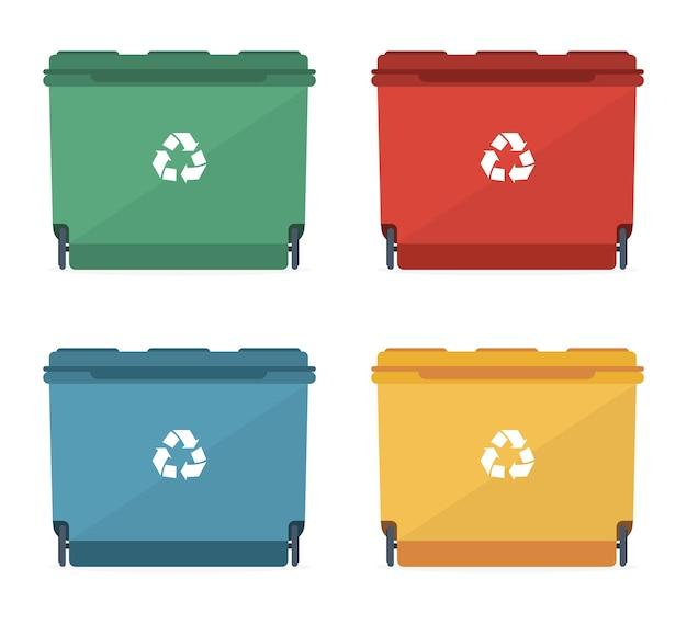 Cestini dei rifiuti di diverse dimensioni e diversi colori con un segno di riciclaggio.