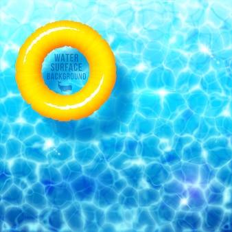 Fondo dell'ondulazione dell'acqua con l'anello di gomma sulla superficie dell'acqua