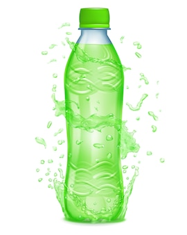 L'acqua spruzza in colori verdi intorno a una bottiglia di plastica con liquido verde. bottiglia con tappo verde, piena di succo verde