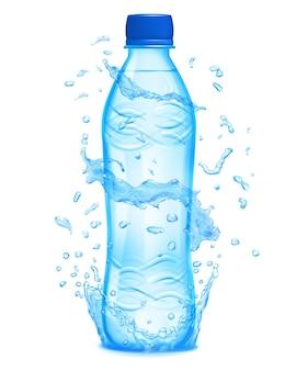 L'acqua spruzza in colori azzurri intorno a una bottiglia di plastica azzurra con acqua minerale