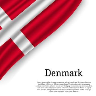 Sventolando la bandiera della danimarca su bianco