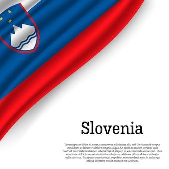 Sventolando la bandiera della slovenia su bianco