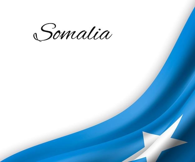 Sventolando la bandiera della somalia su sfondo bianco.