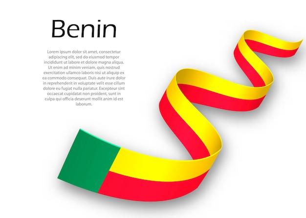 Sventolando il nastro o un banner con la bandiera del benin. modello per il design del poster del giorno dell'indipendenza