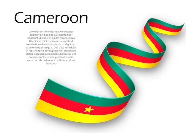 Sventolando il nastro o un banner con la bandiera del camerun. modello per il design del poster del giorno dell'indipendenza