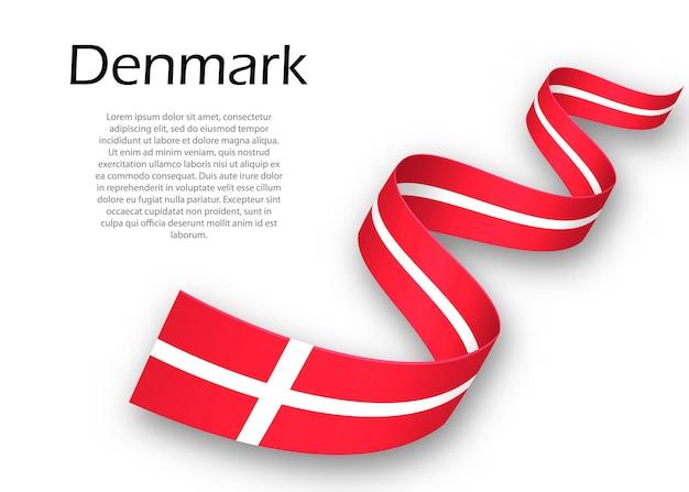Sventolando il nastro o un banner con la bandiera della danimarca. modello per il design del poster del giorno dell'indipendenza