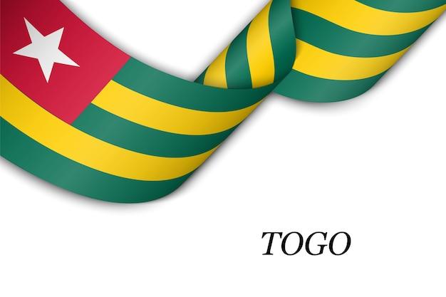 Sventolando il nastro con la bandiera del togo.