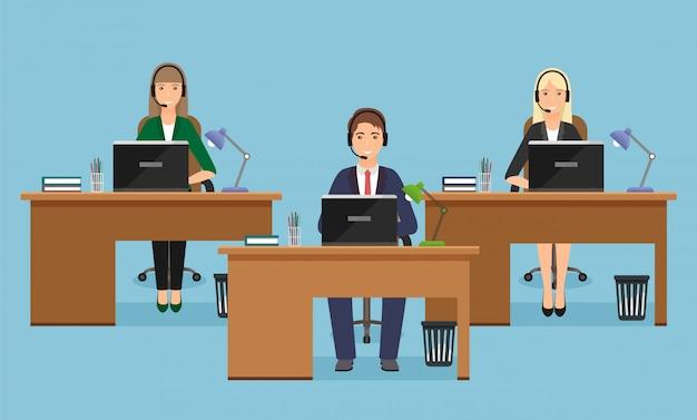 Insegna di web della call center con tre impiegati di donna sui posti di lavoro in ufficio. situazione lavorativa con personale femminile.