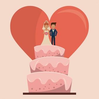 Torta nuziale con un paio di appena sposato e grande cuore