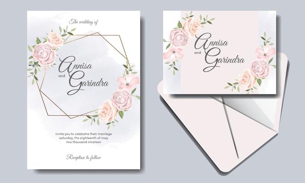 Il modello della carta dell'invito di nozze ha messo con le belle foglie floreali
