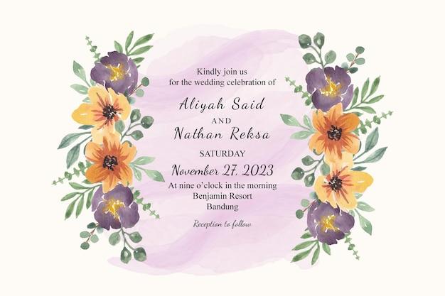 Modello di biglietto d'invito per matrimonio con ghirlanda di fiori gialli viola ad acquerello