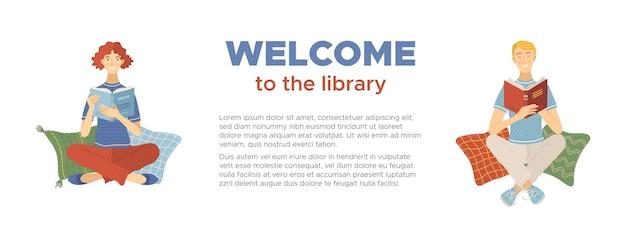 Benvenuti nel banner della biblioteca con un uomo e una donna sorridenti che leggono libri seduti sui cuscini