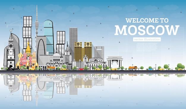 Benvenuti a mosca russia skyline con edifici grigi, cielo blu e riflessi.