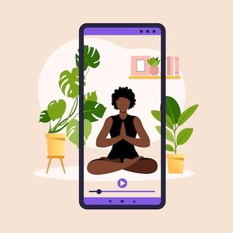 Benessere e stile di vita sano a casa. donna africana che fa le esercitazioni di yoga. insegna online di yoga con la ragazza in schermo di asana, pianta della casa e smartphone. illustrazione.