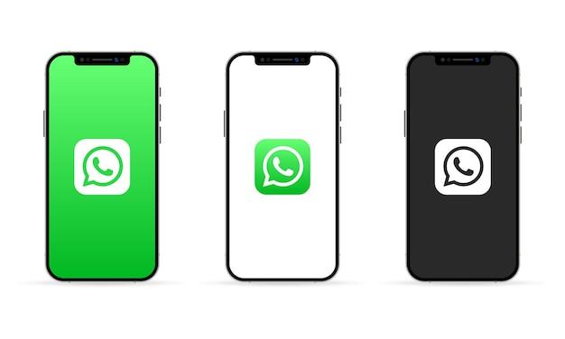 App whatsapp sullo schermo dell'iphone. concetto di social media. interfaccia utente ui ux bianca.