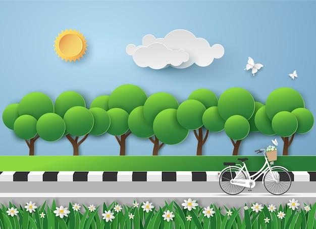 Bicicletta bianca su strada in giardino con l'aria fresca in vista del paesaggio.