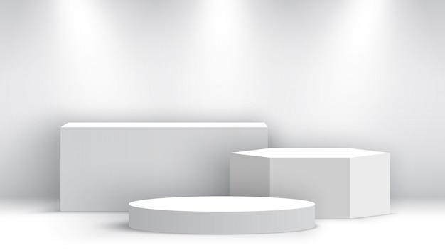 Podio bianco bianco con faretti. stand espositivo. piedistallo. scena.
