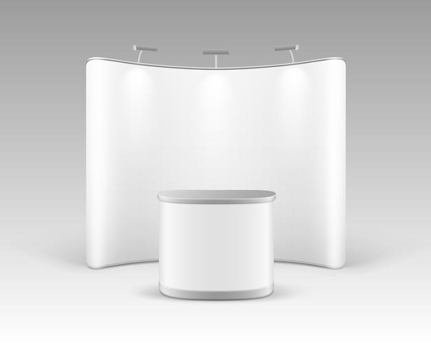 Stand pop-up per esposizione commerciale in bianco bianco per presentazione con tavolo da banco e retroilluminazione isolato su priorità bassa bianca