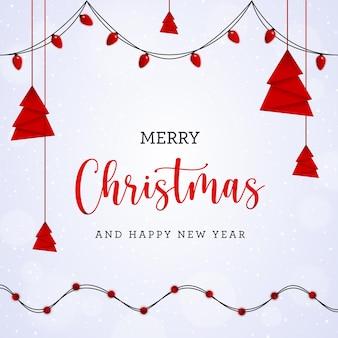 Cartolina di natale bianca con albero rosso appeso e lampadine