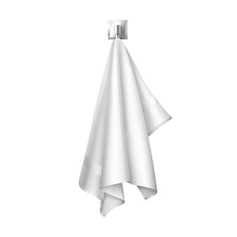 Asciugamano di spugna bianco pulito appeso al gancio pronto per l'uso in spa, bagno, piscina o camera d'albergo