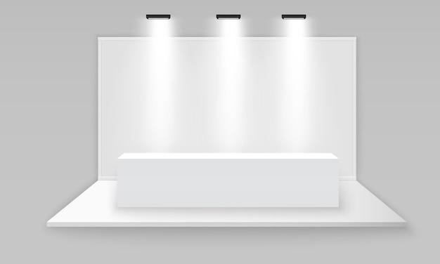 Stand espositivo coperto bianco vuoto per la presentazione con riflettori sullo sfondo grigio.