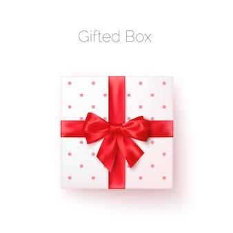 Scatola regalo bianca con fiocco in seta rossa in vista dall'alto in stile realistico