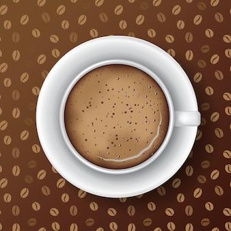 Tazza di caffè bianca con piattino schiuma di caffè e bollicine