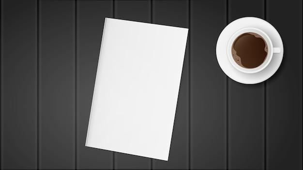 Libro bianco su un tavolo di legno nero. un libro con una copertina in bianco. tazza di caffè sul tavolo.