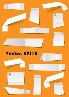 Note di carta bianca e scarti allegati con spilli e cucitrice su sfondo per memo