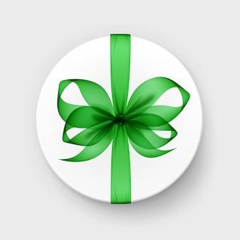 Scatola regalo rotonda bianca con fiocco verde smeraldo trasparente e vista dall'alto del nastro da vicino isolato su priorità bassa