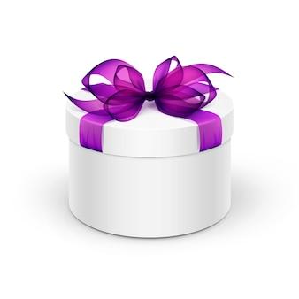Contenitore di regalo rotondo bianco con violet purple ribbon ed arco isolati su fondo