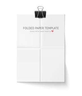 Foglio di carta bianco piegato con graffetta e ombra isolata.