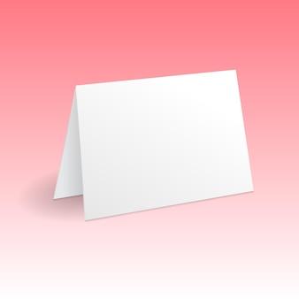 Modello di mockup di biglietto di auguri in piedi bianco isolato su sfondo rosa sfumato con ombra