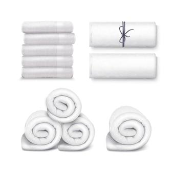 Asciugamani bianchi isolati su sfondo bianco.