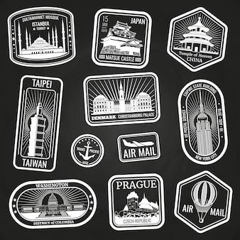Francobolli di viaggio bianchi con monumenti e punti di riferimento