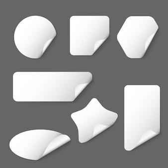 Adesivi di carta vettoriale bianco su sfondo grigio. adesivo bianco, adesivo di carta, illustrazione dell'autoadesivo a forma di etichetta