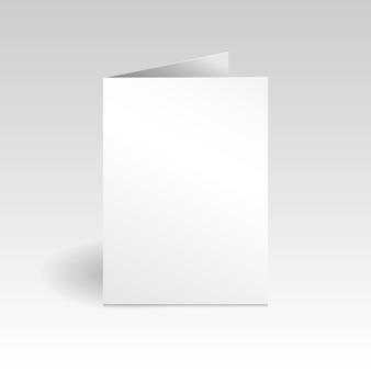 Modello di mockup di biglietto di auguri verticale bianco su sfondo grigio sfumato chiaro con ombra