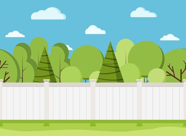 Staccionata in legno bianco con alberi. recinto bianco rurale moderno con erba verde.