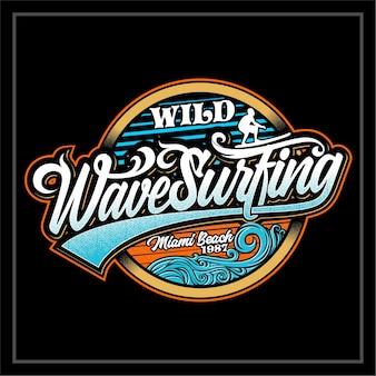 Etichetta di surf su onde selvagge