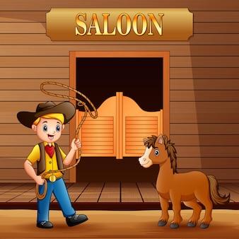 Saloon del selvaggio west con cowboy e un cavallo